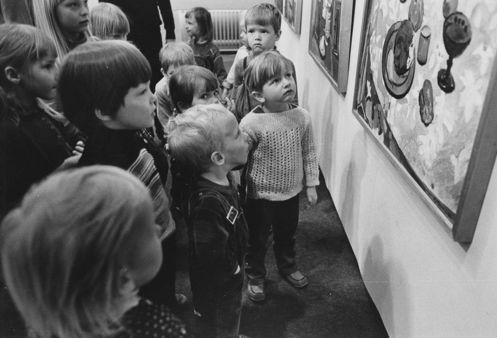 Päiväkotiryhmä katselee taideteosta.